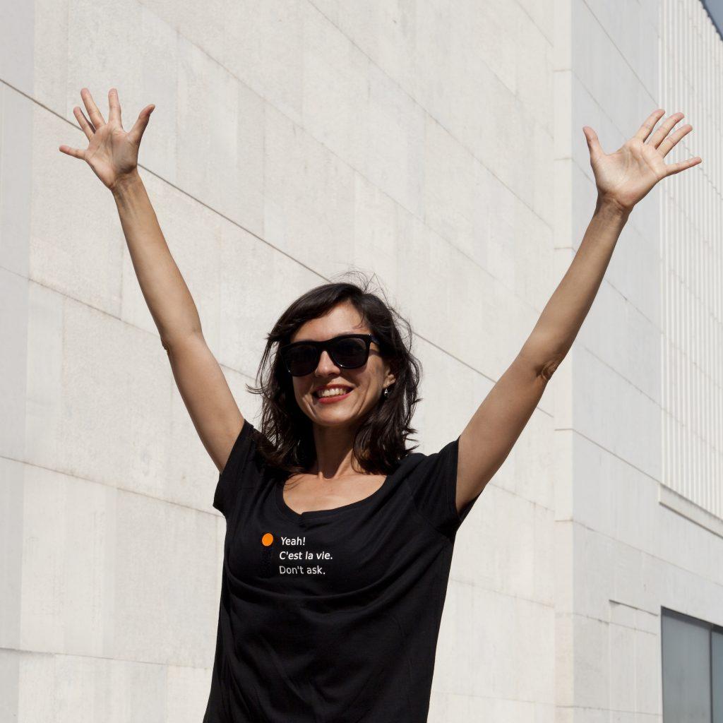Dame springt fröhlich in die Luft, auf ihrem Shirt (Aufschrift Yeah / Cest la vie / Dont ask) ist die Option Yeah aktiv
