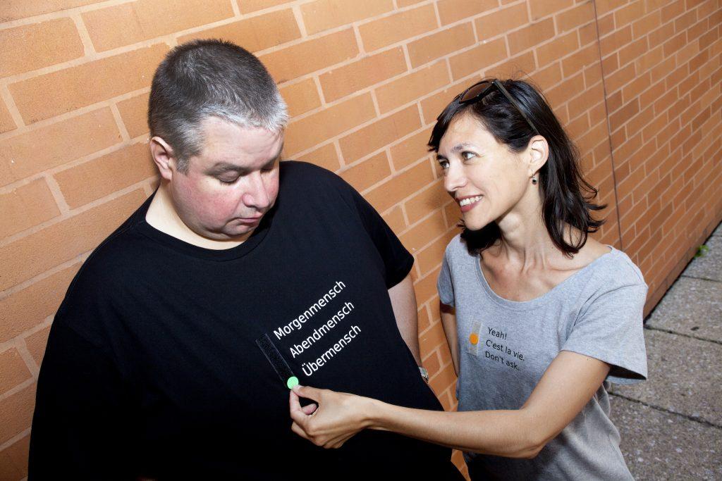 T-Shirts mit Aufdruck verschiedener Optionen, die per Klettpunkt auswählbar sind
